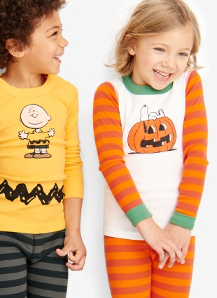 the peanuts gang cozy up for halloween shop halloween